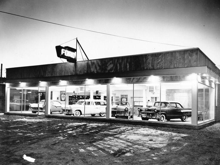 Concessionnaire Ford Nanticoke PA au crépuscule, 1956