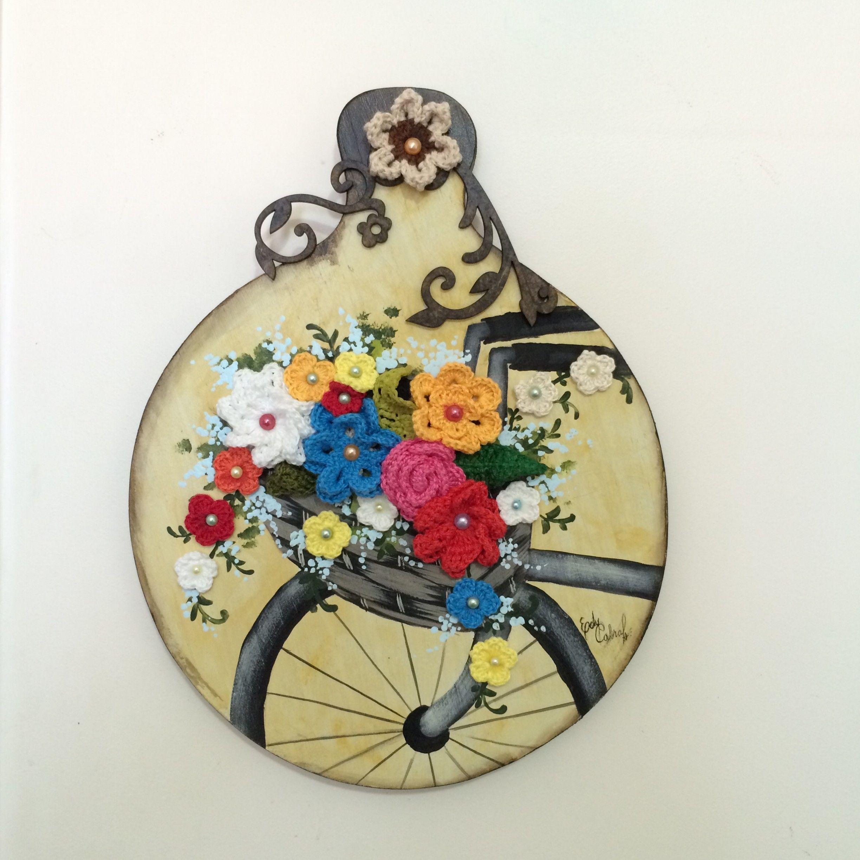 Bicicleta florida - Tábua de pinus redonda, 26cm de diâmetro, pintura com tinta PVA/Acrílica, flores de crochet e chatons coloridos.
