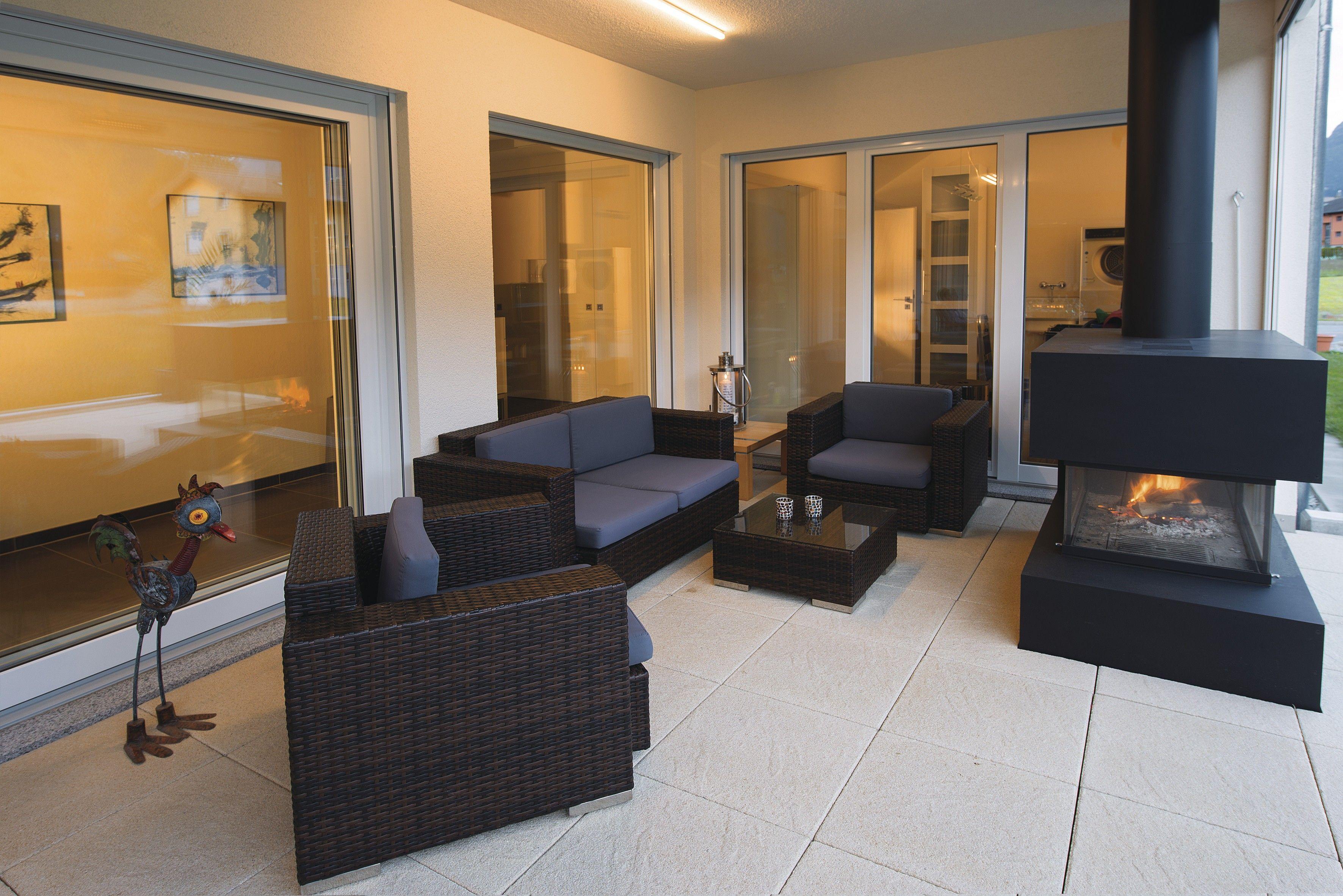 Terrasse #Ebenerdig #Bungalow #Korbmöbel #Aussenkamin | Kundenhäuser