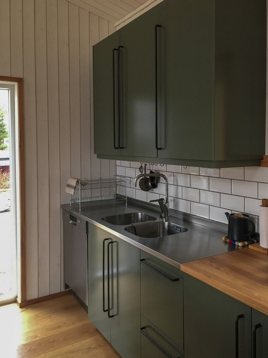 Küchenplatte in Edelstahl in grüner Küche. | Edelstahl ...