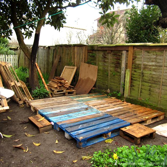 Faire une terrasse en palettes spice rabbits http - Construire terrasse jardin ...