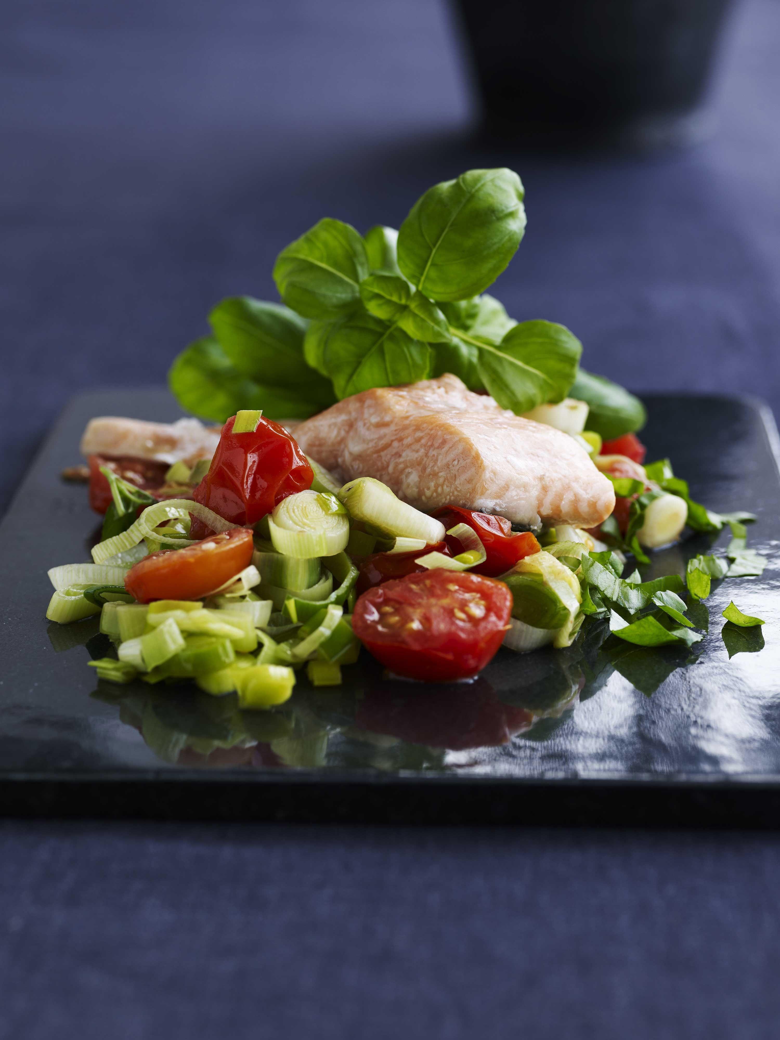 Opskrift på braiserede porrer med tomat og laks | Fiskeretter | Seafood, Food og Fish