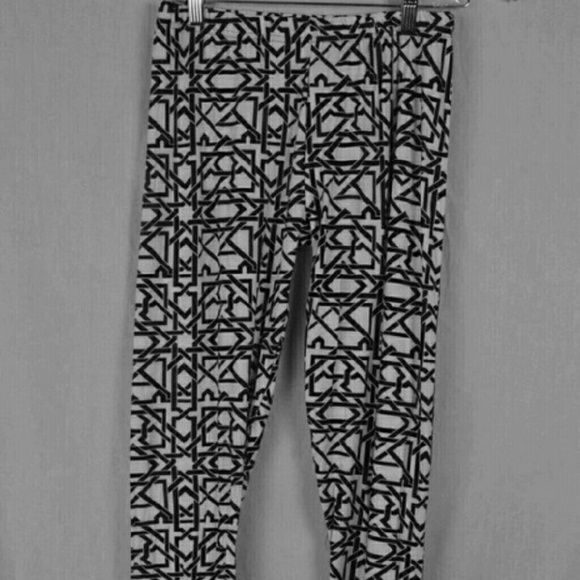 NWT Black And White Aztec Design Leggings This is a brand new pair of leggings by Magid. They were only taken out of the package to take pictures! They are black and white Aztec designs. The size chart for these are in the pictures. #nwt #aztec #leggings Magid Pants Leggings