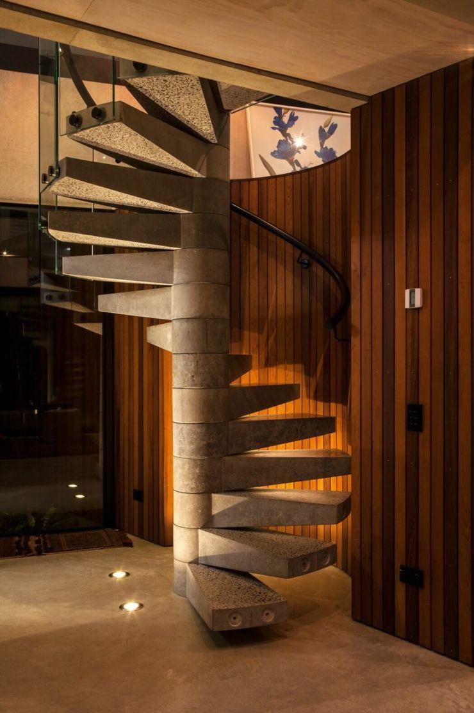Escalier en colimaçon fabriqué en béton et en verre