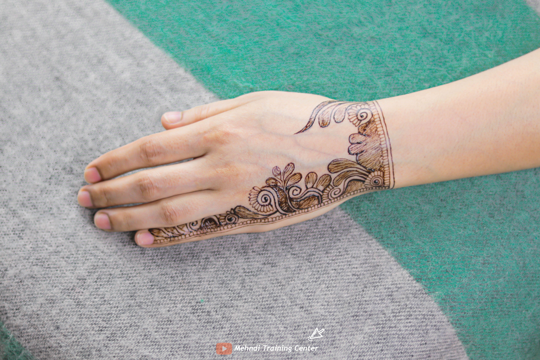 نقش الحناء باليد على الطريقة العربية تصميم الحناء للفتيات العربيات الجميلات على الطراز العربي Mehndi Designs Henna Hand Tattoo Hand Henna