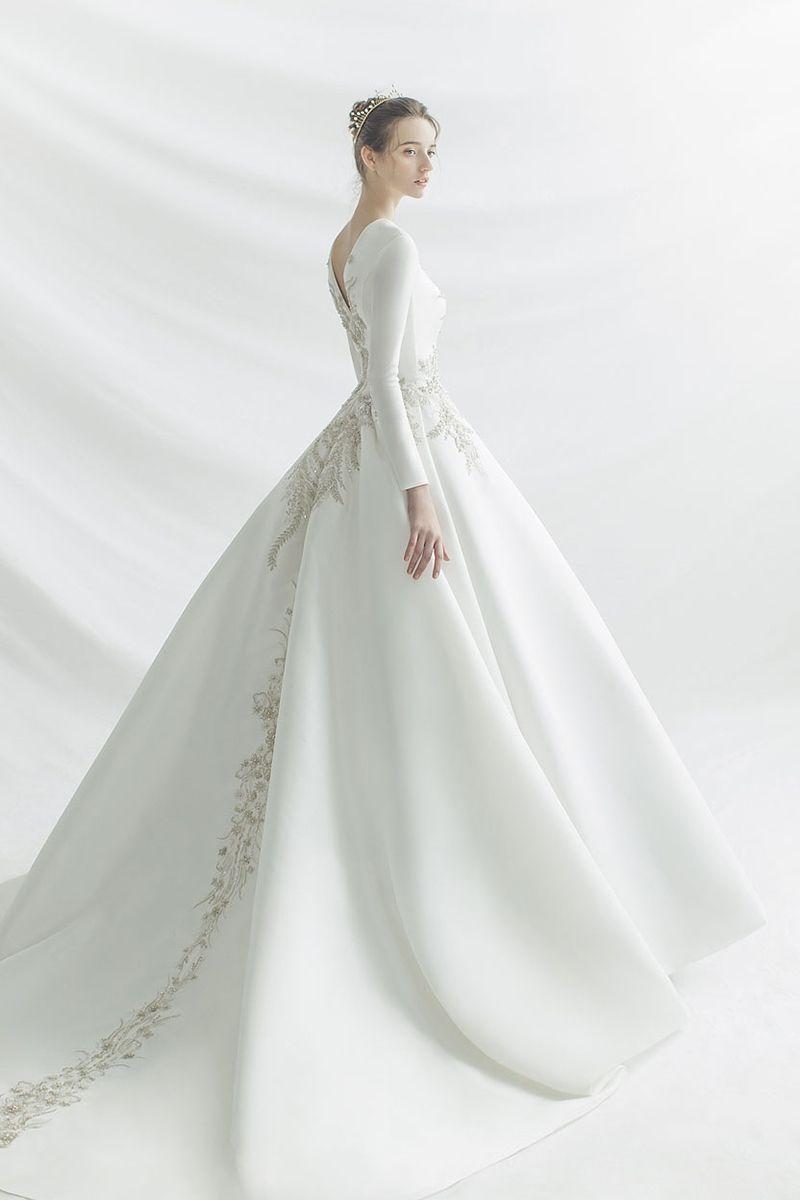 15 Statement Making White Winter Wedding Dresses With Sleeves Winter Wedding Dress Winter Wedding Gowns Muslim Wedding Dresses [ 1200 x 800 Pixel ]