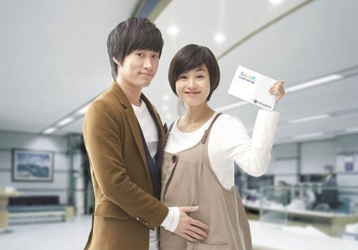 Pregnant Kang Hye-Jung (with her husband Tablo ...