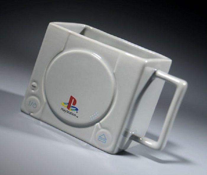 プレイステーションの色、形を忠実に再現したマグカップ(Merchoidから)