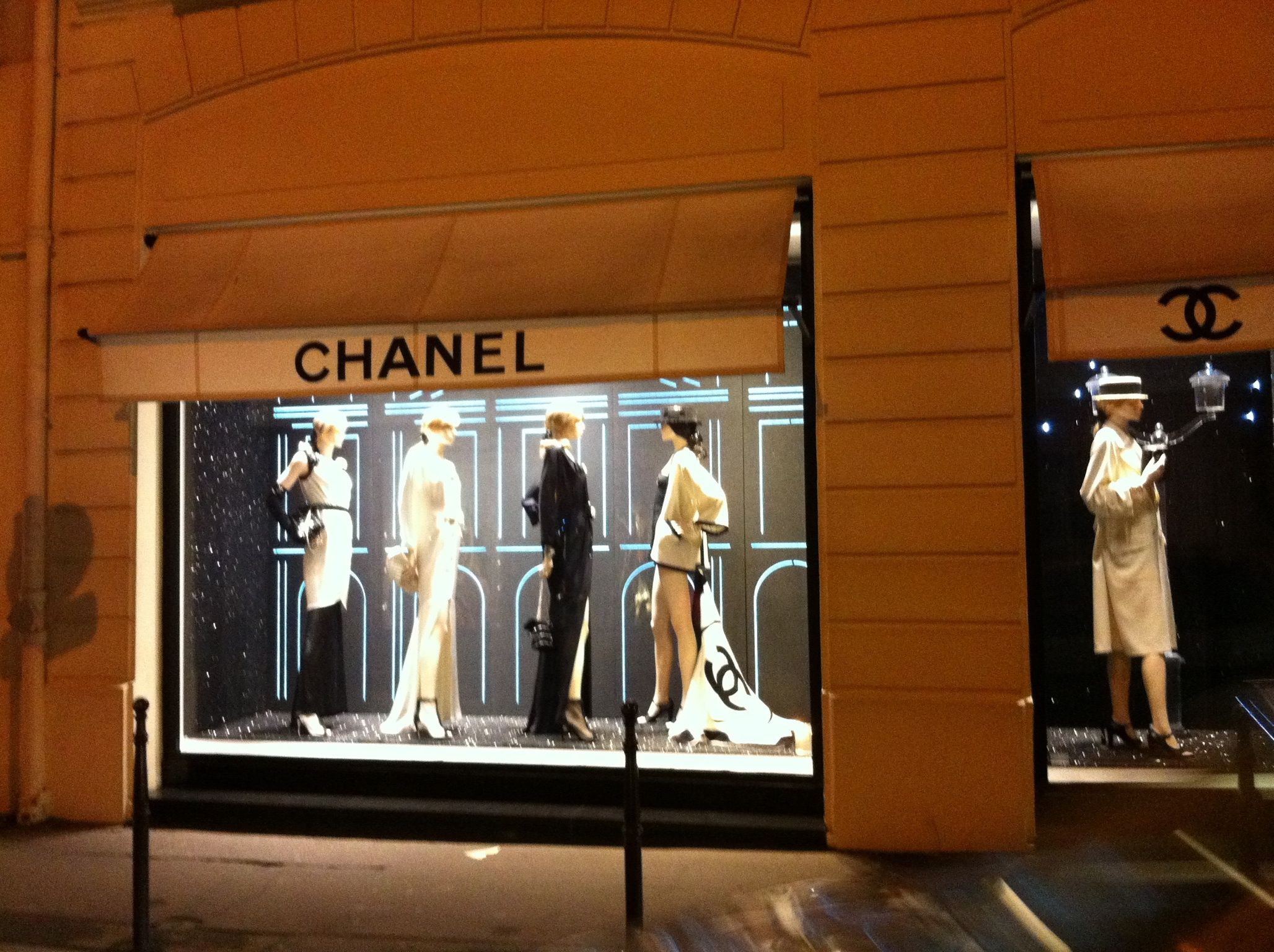 Chanel by night. Robin Romans Chanel, Paris, Chanel paris