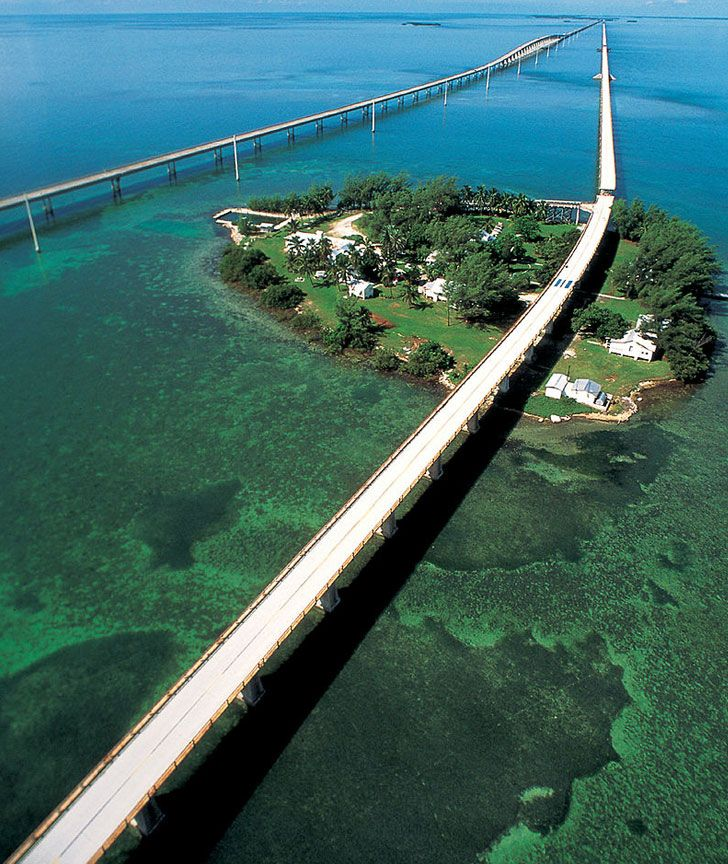 SEVEN MILE BRIDGE, FLORIDA, USA The Seven Mile Bridge spans the Florida Keys…