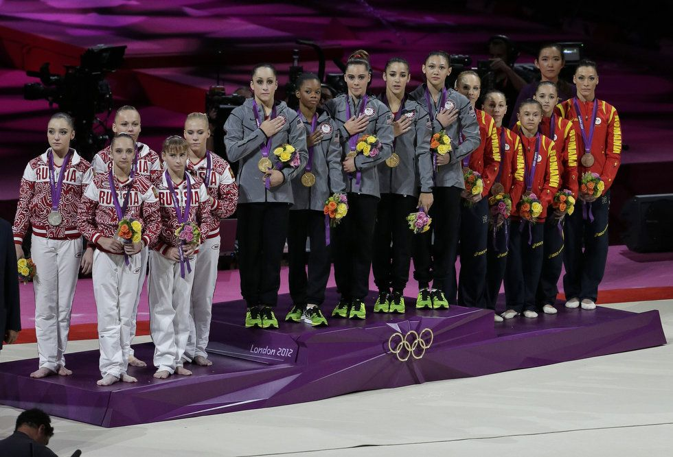 Winners of the gold medal team U.S., center, silver