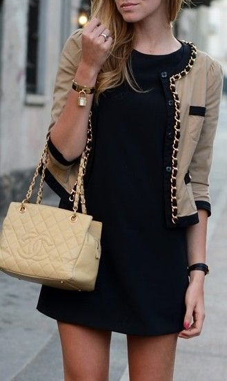 Vestido negro con chaqueta beige