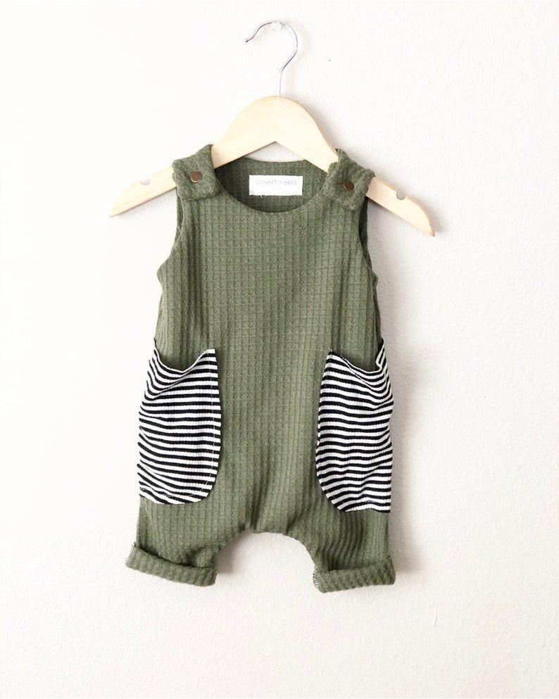Photo of Baby Harem Strampler, olivgrüne Waffel gestrickt, Baby Outfit, Baggy Stripes Taschen – Tank Strampler