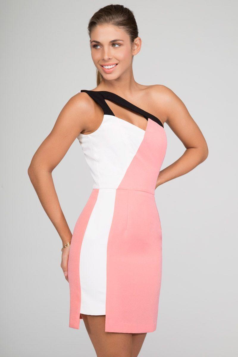 Vestido rosa y blanco con diseño geométrico y tirantes negros ...