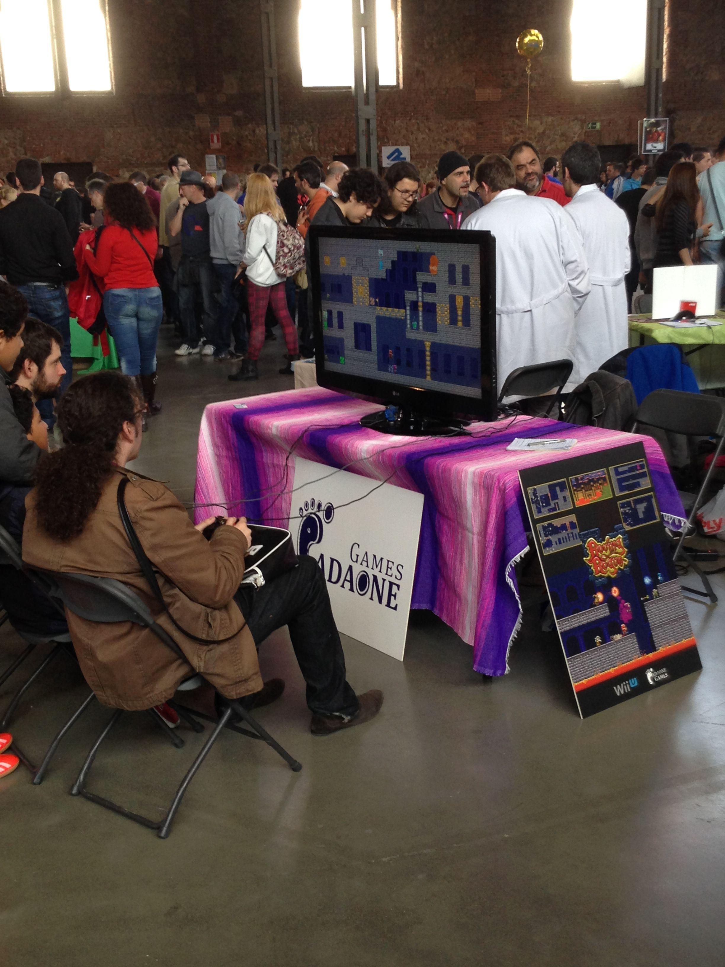 Público jugando a MARIO, en una pedazo de TV.