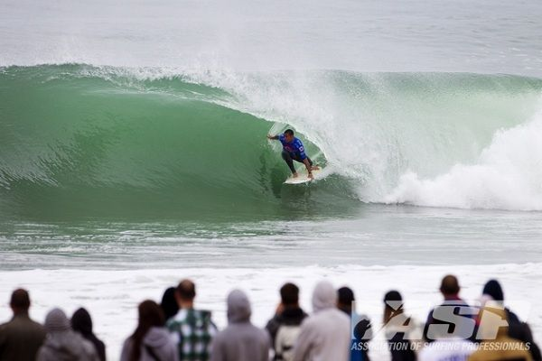 Day 3 of the Quiksilver Pro France wrapped up Round 1 of the Mens with some awesome barrels coming through to nail the last 3 heats of the round. Some of the stand out performances came from Jordy Smith, in heat 1, Kieren Perrow, heat 2 and Gabriel Medina in the final heat. http://surfbums.org/videos/tough-day-3-at-quiksilver-pro-france-2012