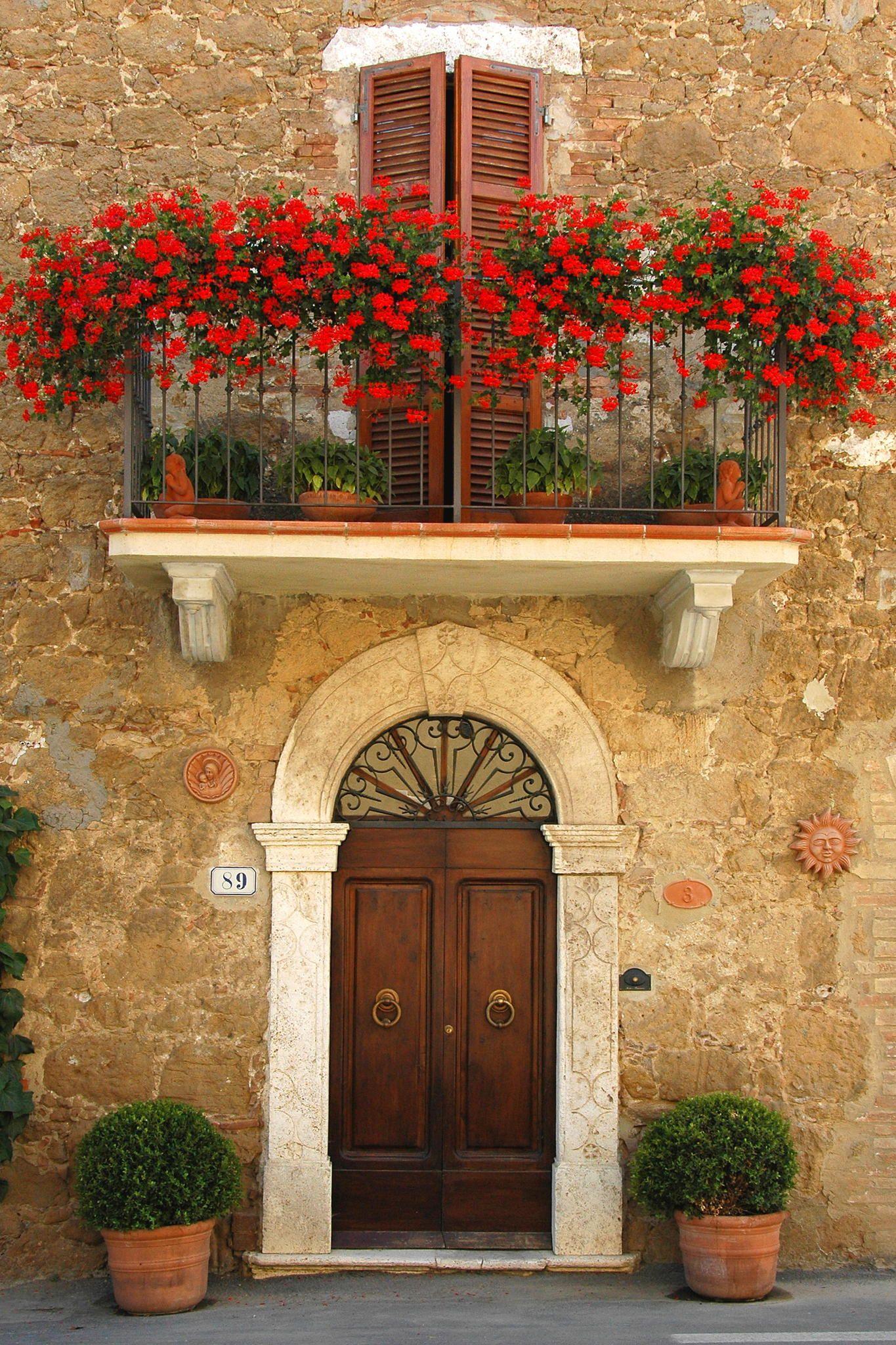 Flores rojas en el balcón toscana italia casas pinterest