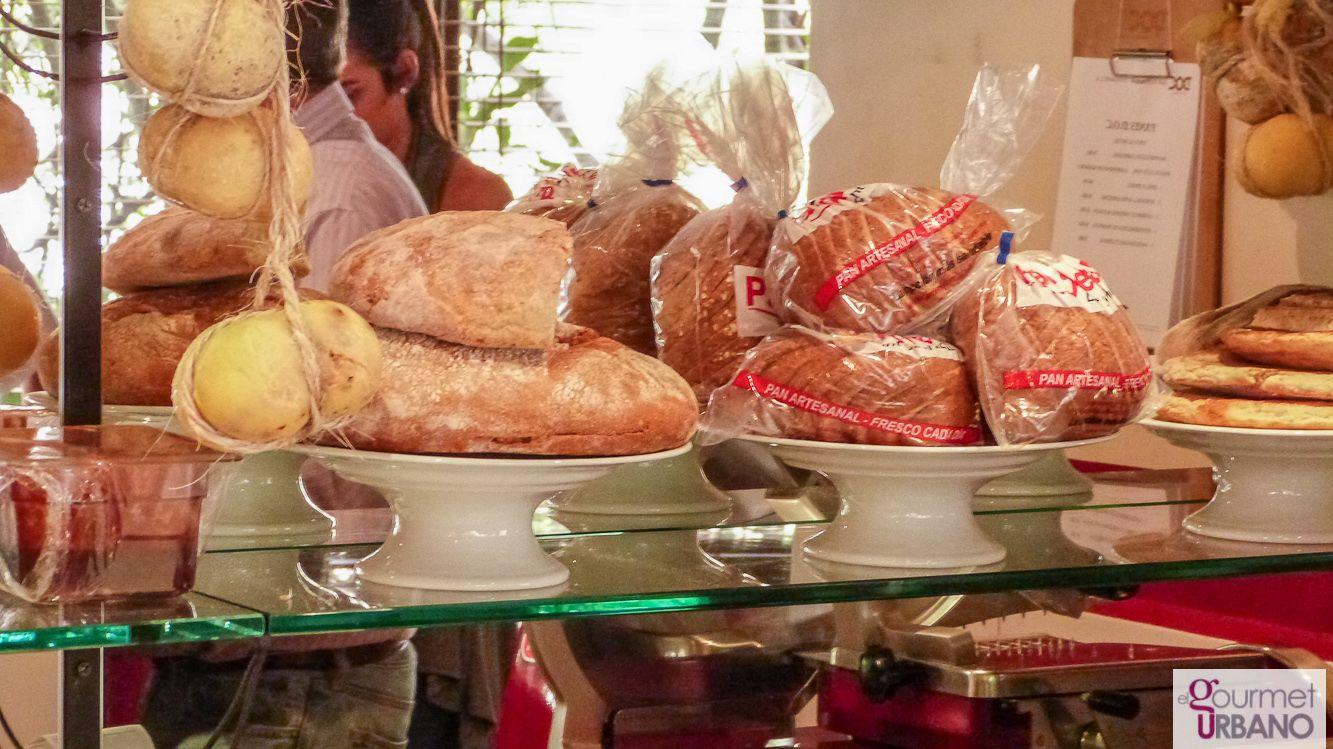 Muestra de quesos y panes artesanales el DOC Restaurant