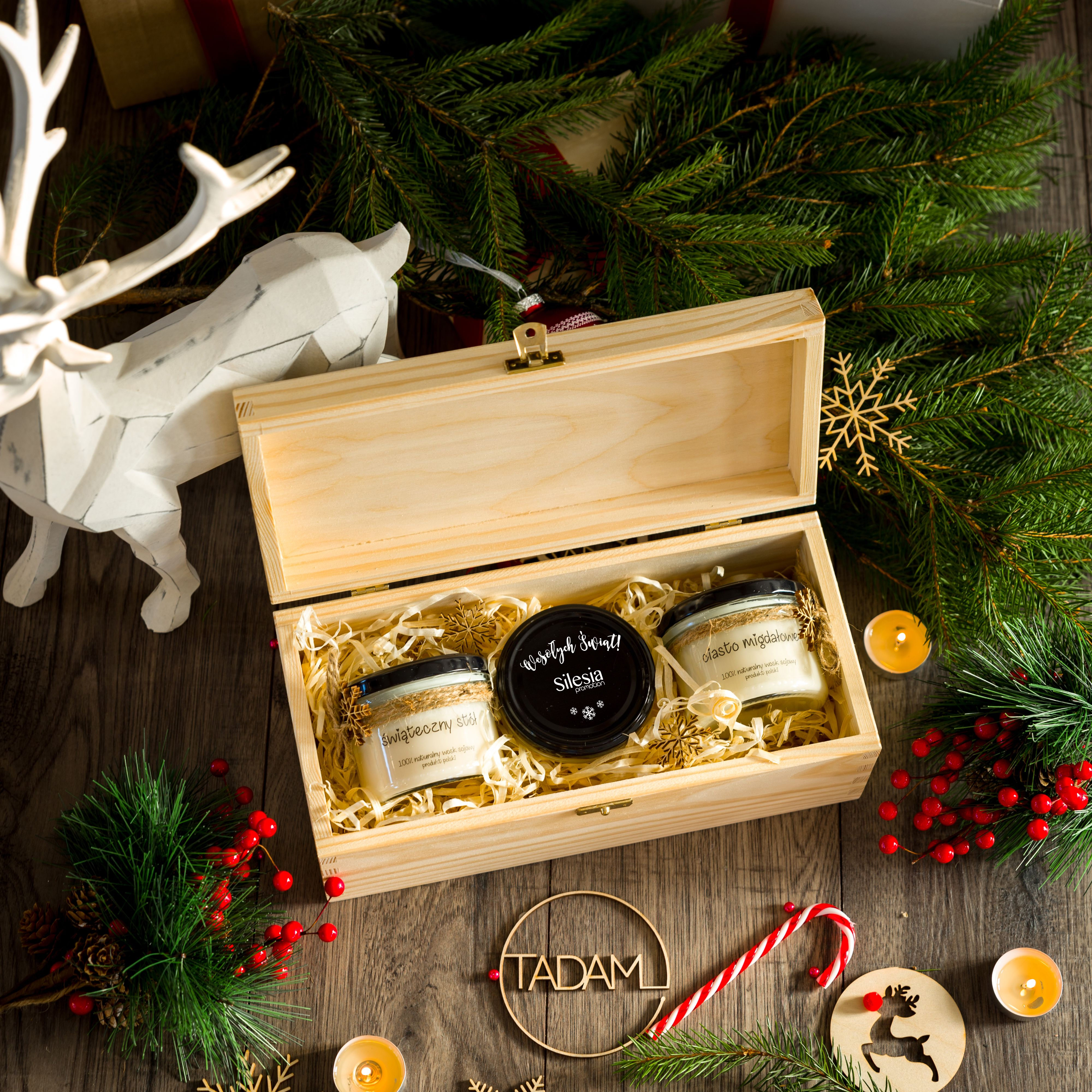 Pudelko Swiateczne Na Prezenty Z Ozdobnymi Swieczkami Christmas Presents Presents Gifts