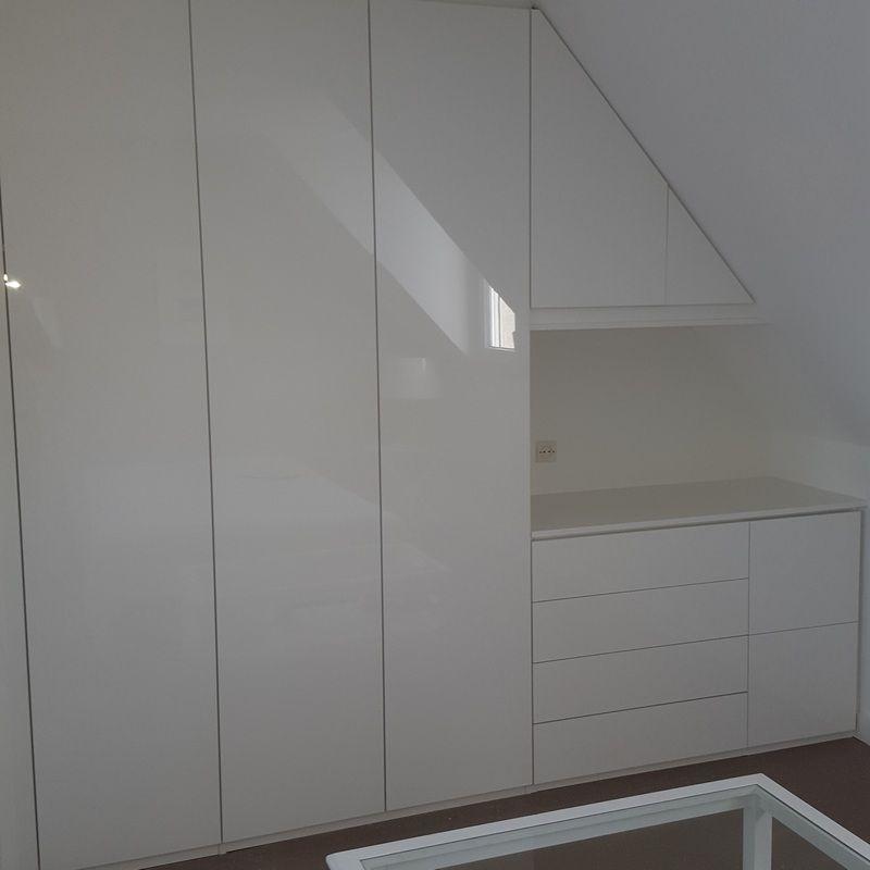 exemple de meuble sur mesure de rangement dans une chambre