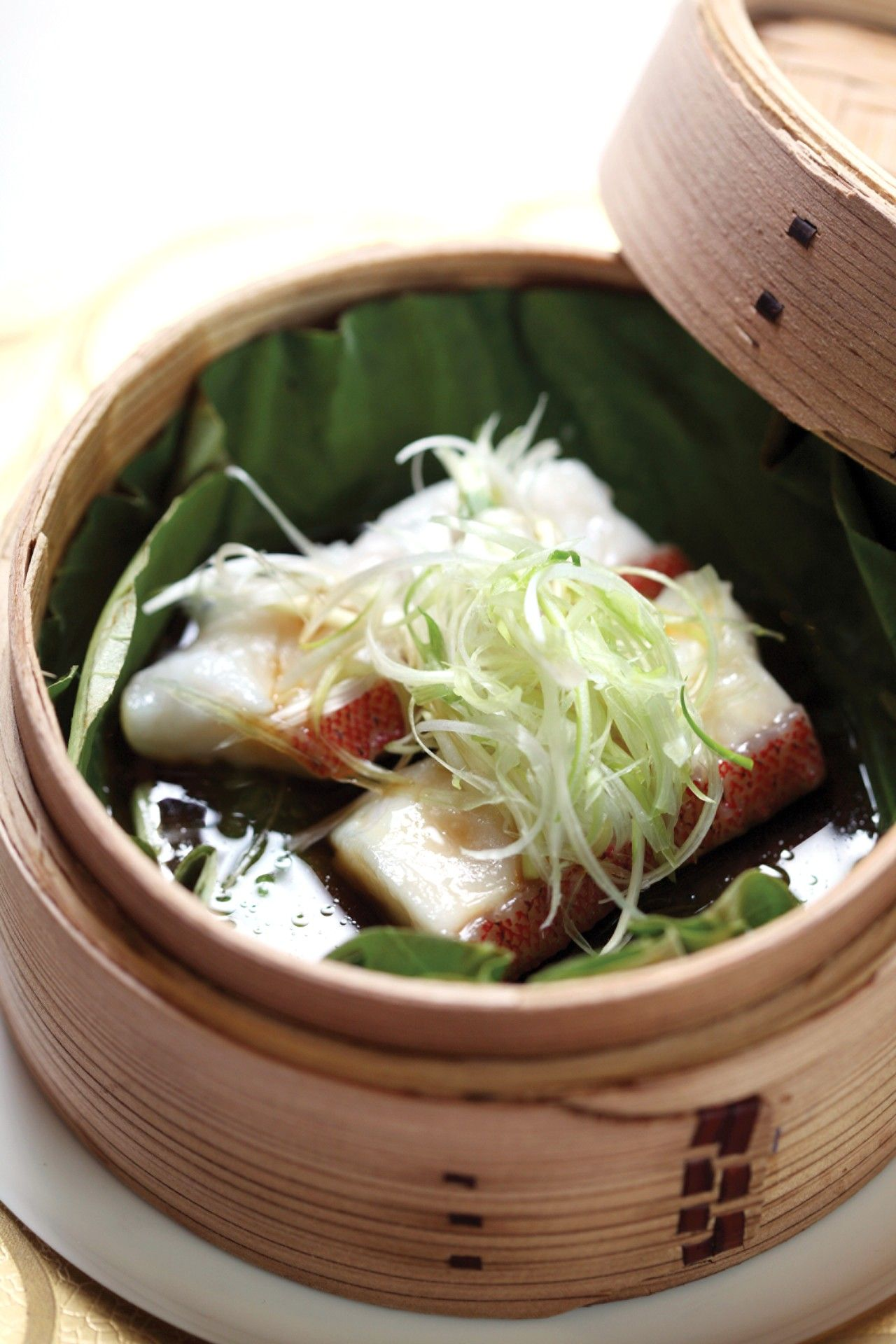Seafood And Dim Sum Are Specialties At Four Seasons Hotel Hong Kong S Lung King Heen The World S First Chinese Restaurant To Food Presentation Food Dim Sum
