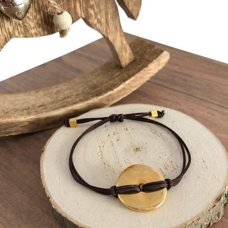 Pulsera de seda marrón de 1 mm. autorregulable con circulo en dorado de zamak.
