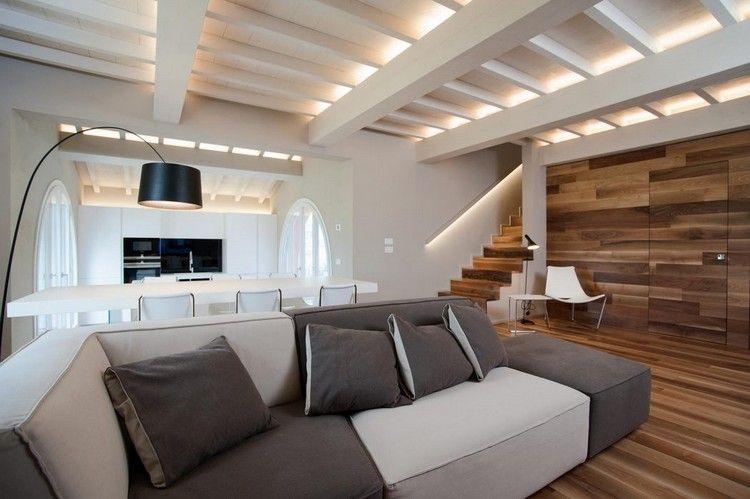 offener Wohnraum mit bequemem Sofa und Holzbalkendecke - holzbalken decke interieur modern