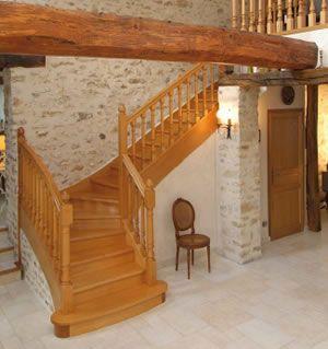 int rieur maison mur en pierre escalier en bois escalier pinterest escaliers en bois. Black Bedroom Furniture Sets. Home Design Ideas