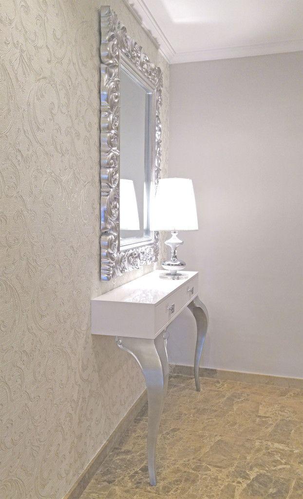 Recibidor con consola lacada blanca y plata con espejo for Espejos plateados para salon