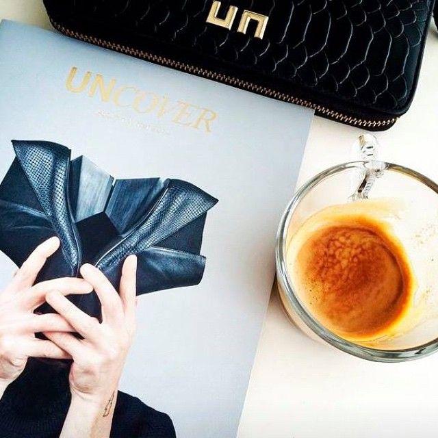 Empecemos el día con dos los #botines JACKY #black de #unitednude y 1 #cafe emoji️ + emoji = un gran dia #ahoeaddicted #coffee #breakfast #shoes #boots #booties #pythonboots #SERAPHITA #Seraphitalifestyle #shoelove #shoponline #repost @unitednude @unspain