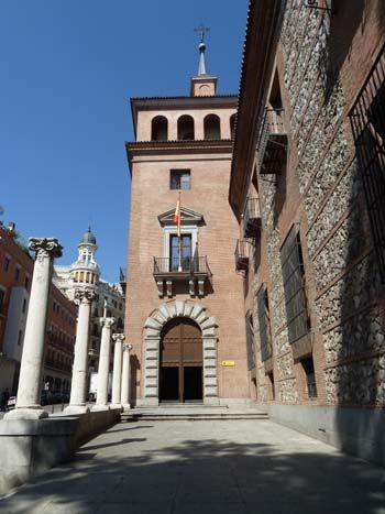 Esta Curiosa Casa De La Madrileña Plaza Del Rey Es Uno De Los Escasos Ejemplos De Arquitectura Civil Del Sigl Viajar Por España Lugares De España Madrid España
