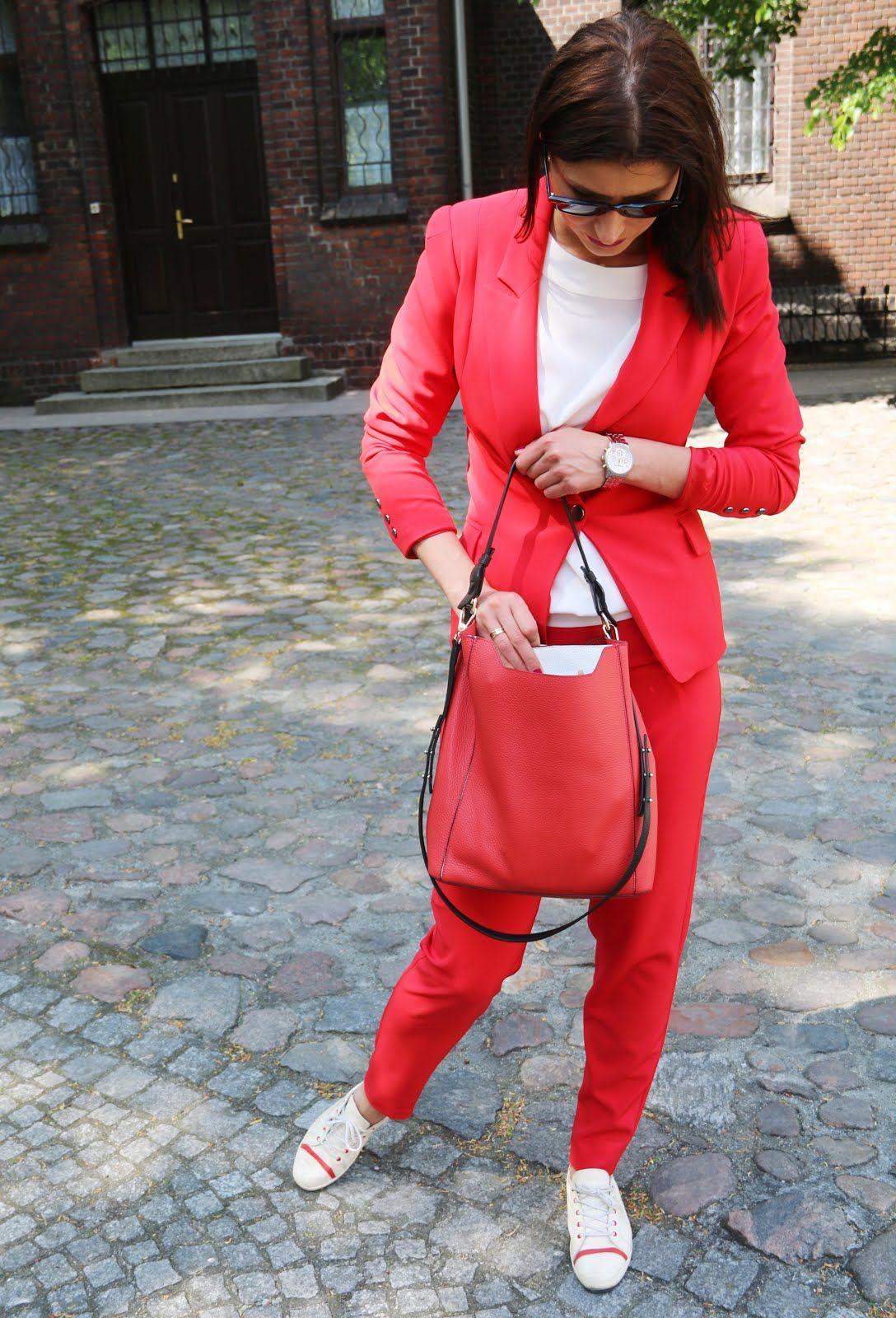 Office Style Czerwony Garnitur I Biale Trampki Fashion Style Red Leather