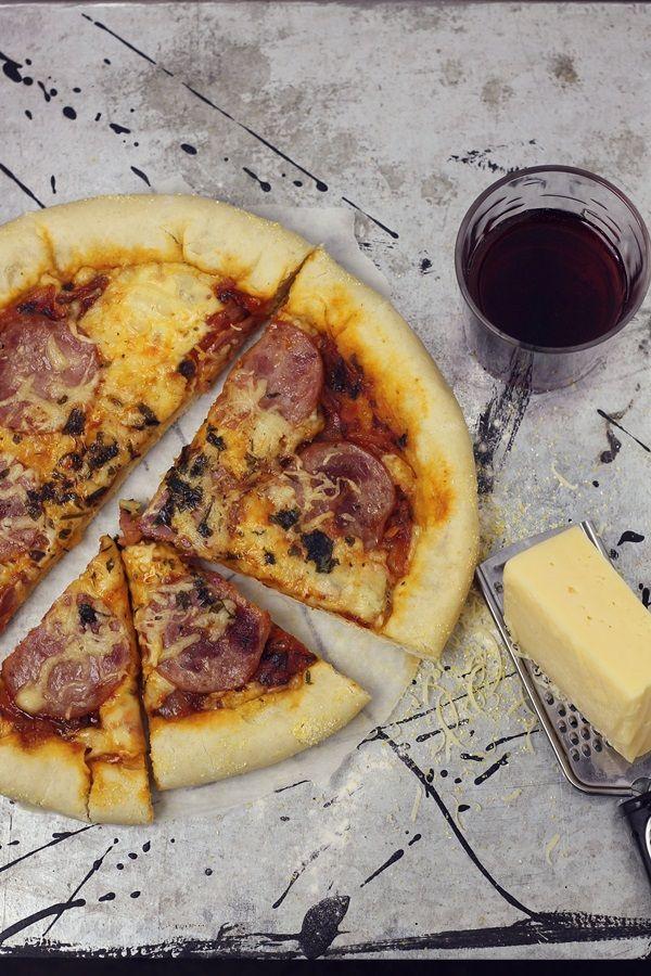 Pizza cu salam si margine umpluta cu cascaval | Pasiune pentru bucatarie