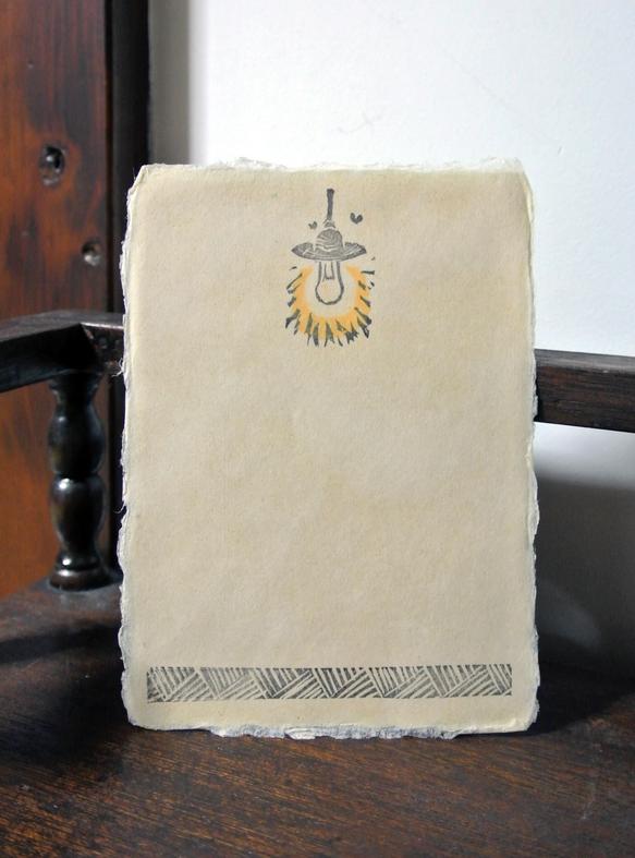 一枚一枚手漉きされた和紙はがきに一つずつ手作業で印画しています。どこか懐かしい日常の風景を掬い取った和やかな和紙葉書です。郵便番号枠横の絵柄は複数御座います。... ハンドメイド、手作り、手仕事品の通販・販売・購入ならCreema。