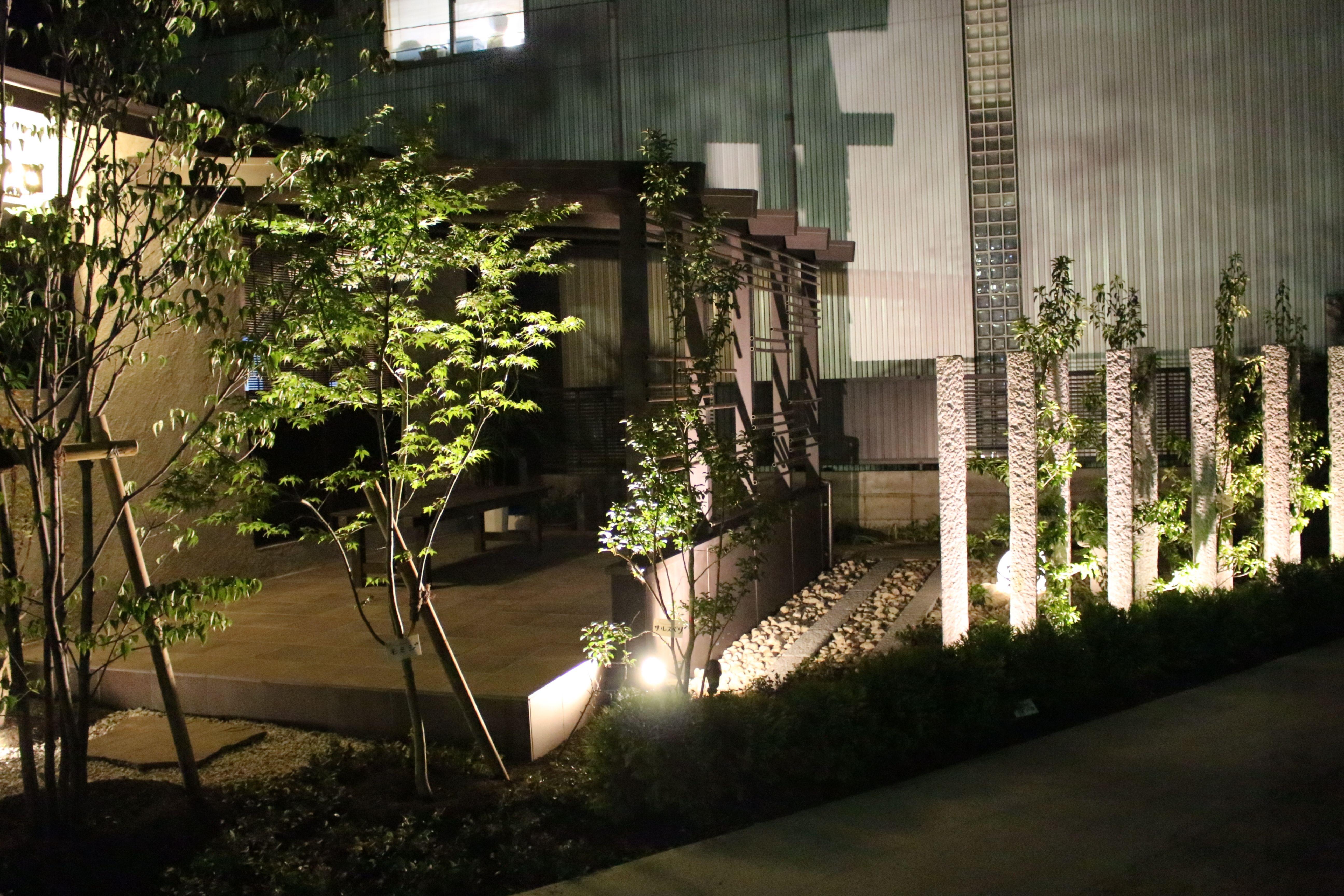 幻想的な夜の空間を演出 lightingmeister pinterest gardenlighting