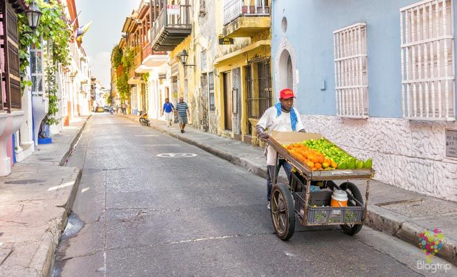 Vendedor de frutas en las calles de Cartagena Colombia https://blogtrip.org/visitar-calles-cartagena-de-indias-colombia/