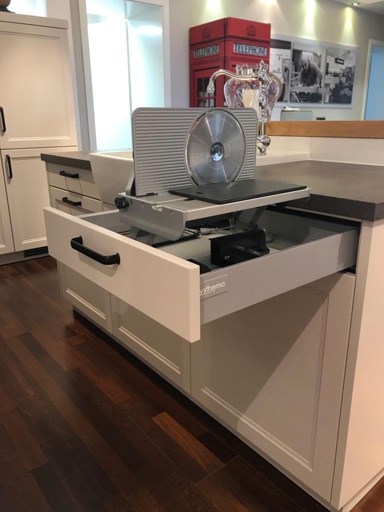 schneidemaschine für küche in einem schubkasten verstaut