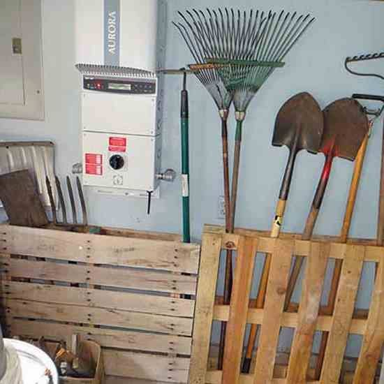 An Easy Way to Store Garden Tools  Green Homes is part of Home garden Tools - You can store garden tools in an organized manner by using discarded wood pallets