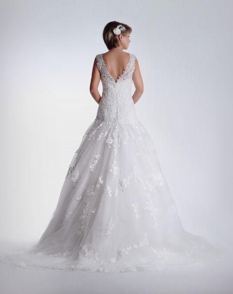 encaje con #volumen y #espalda en pico, este #vestido de #novia de