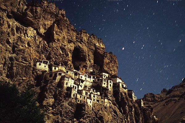 El Monasterio de Phuktal  es uno más de los monasterios más aislados de cuantos se encuentran esparcidos.