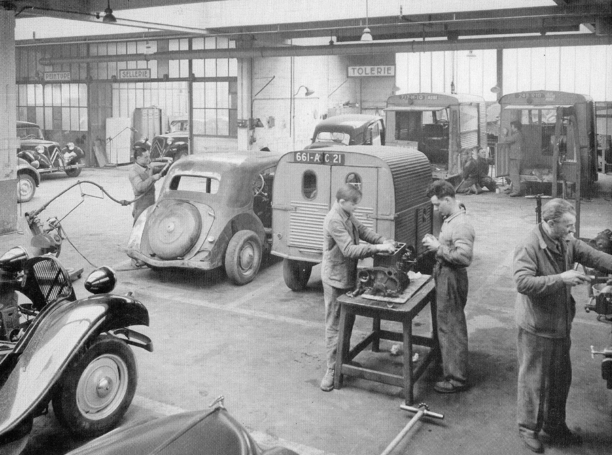 Un atelier de garagiste d'époque ! ! 2cv citroen