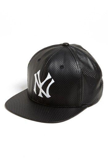 Esa gorra es la gorra de New York Yankees. La gorra es negra y blanca 8956ee90812