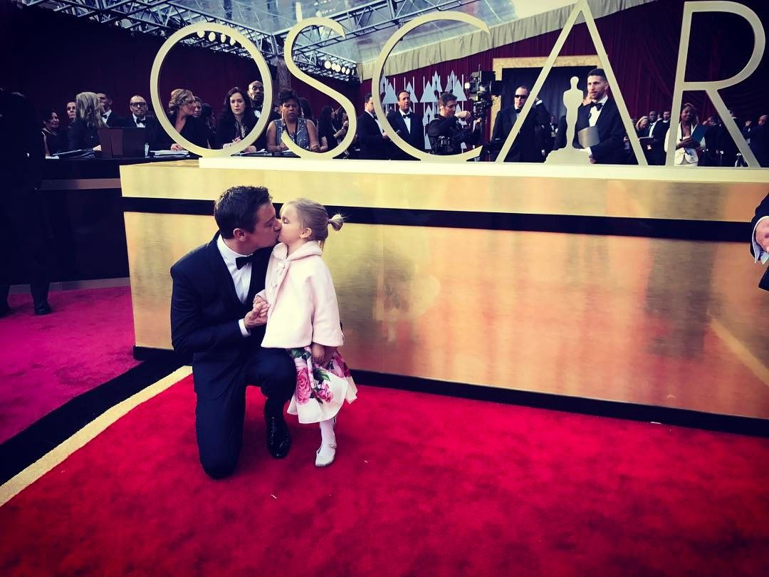 """Gefällt 145.9 Tsd. Mal, 812 Kommentare - Jeremy Renner (@renner4real) auf Instagram: """"My date for the Oscars!! Omg I could not be more proud!!! #oscars #academyawards #redcarpet…"""""""