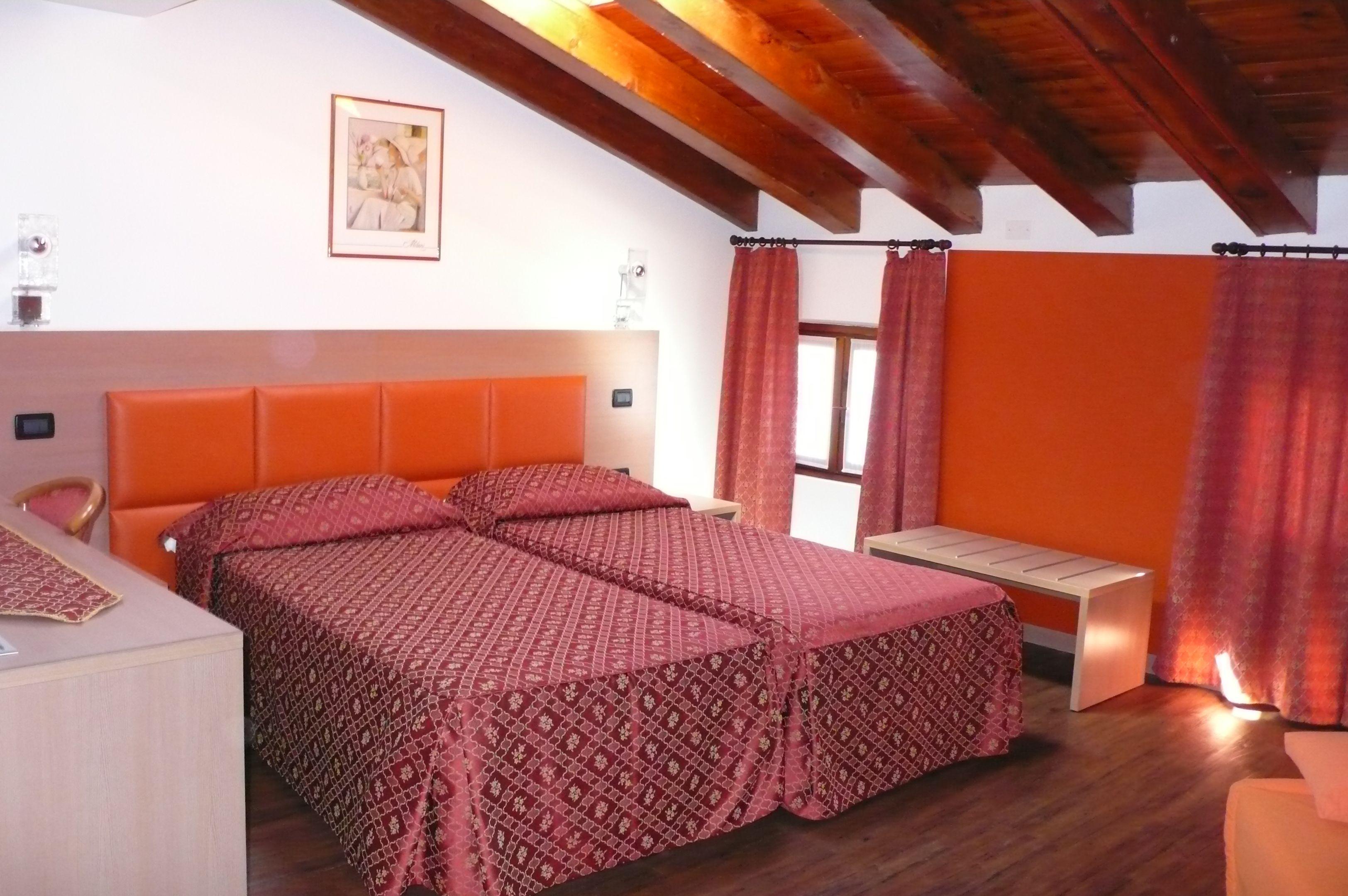 Le nostre camere al secondo piano, mansardate e dai colori caldi.