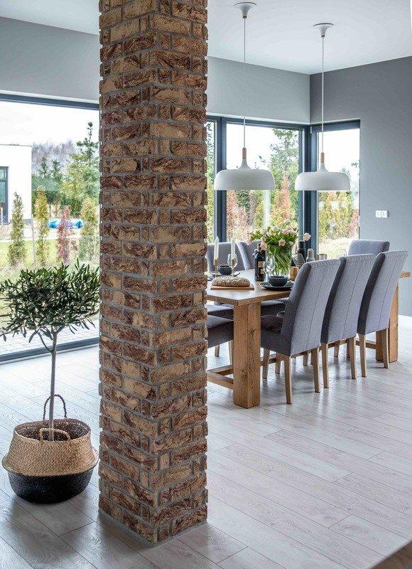 El gris y el ladrillo llenan de fuerza y personalidad este - Decorar columnas interiores ...