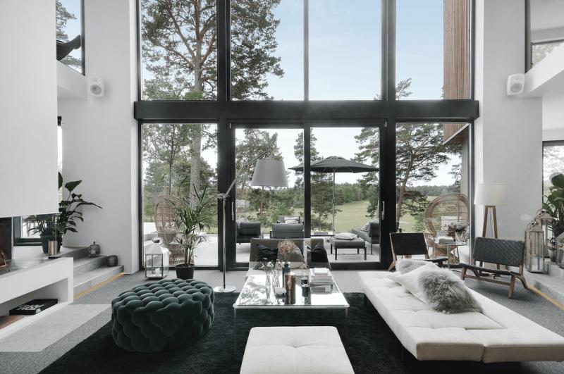 Photo of Paredes de madera oscura y techos altísimos en una gran casa a las afueras de Estocolmo