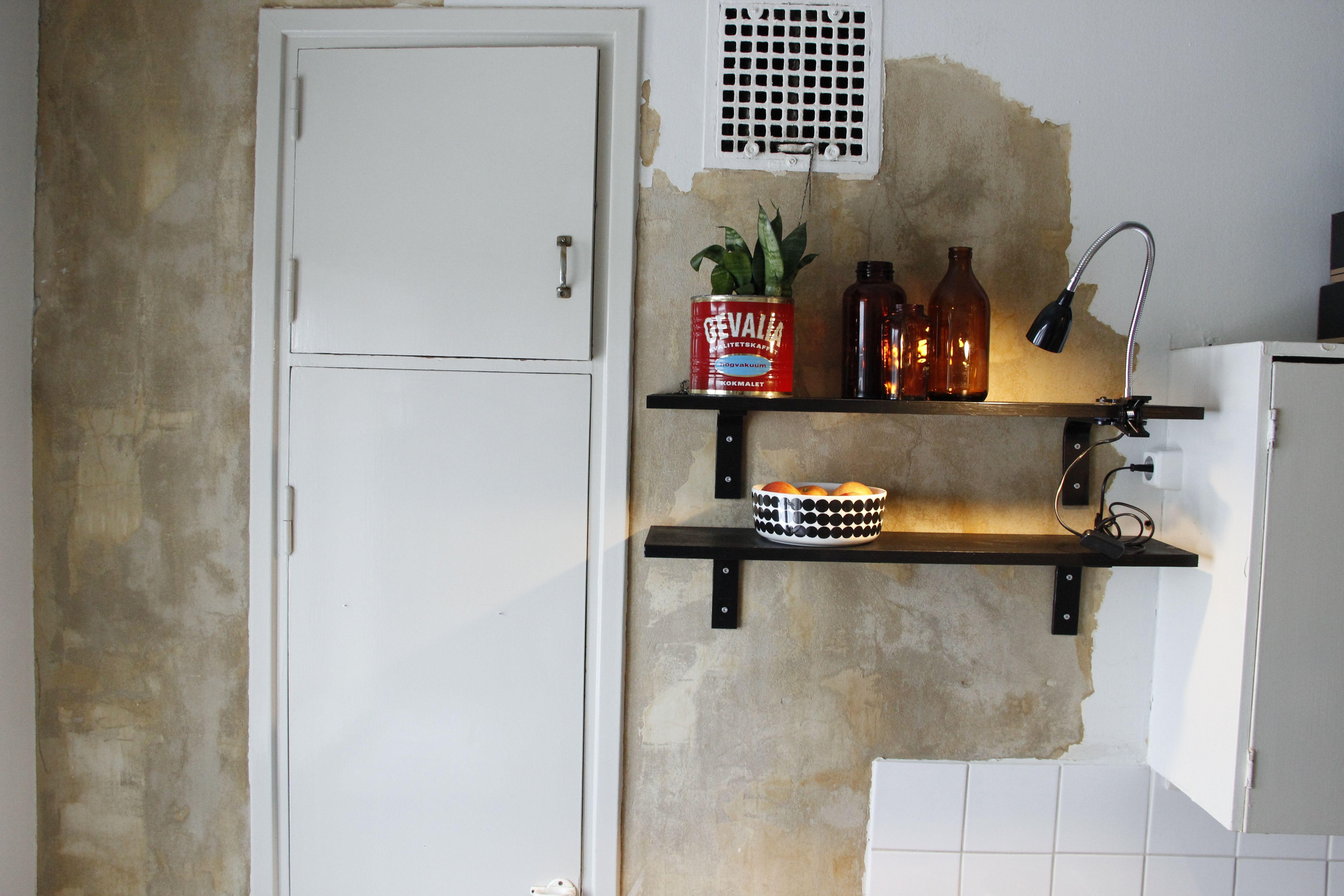 Maalinpoisto jäi puolitiehen; keskeneräinen seinä näyttääkin superhyvältä!  http://kirpparikeijunkotona.blogspot.fi/
