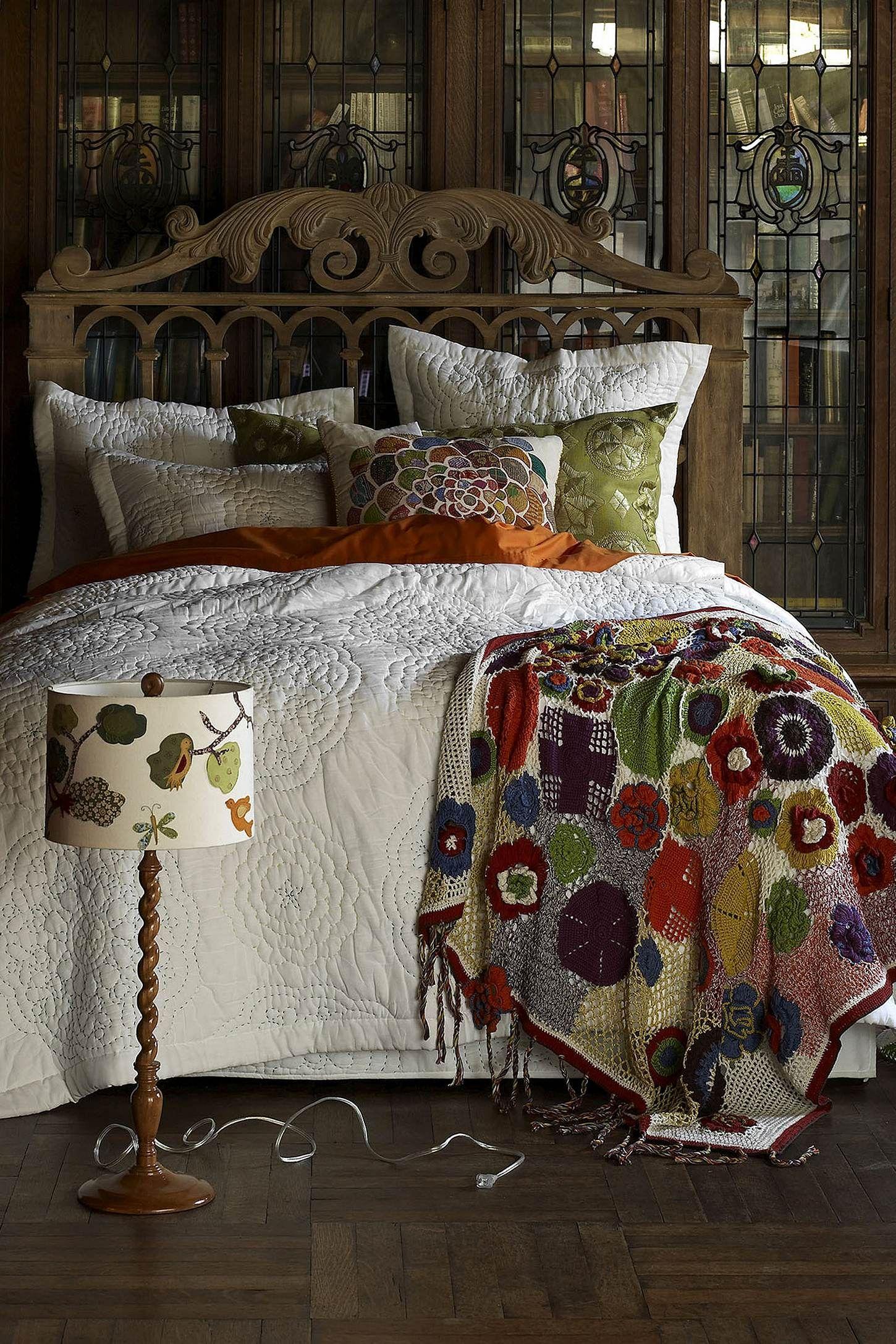 tr s beau dessus de lit en boutis blanc le plaid tricot et les coussins reprennent les. Black Bedroom Furniture Sets. Home Design Ideas