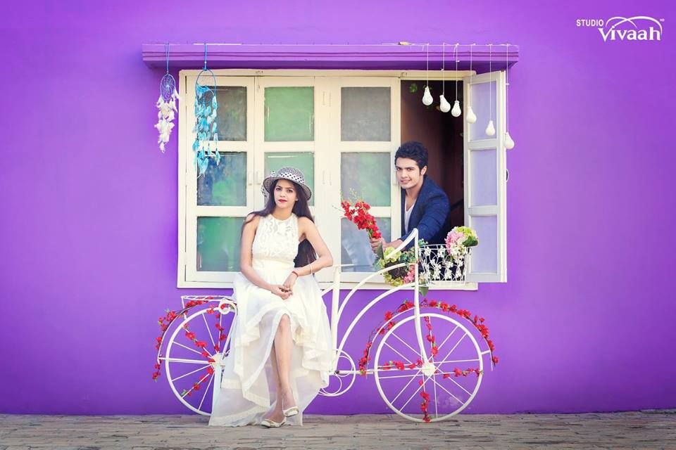 A great idea for your pre-wedding photo shoot, dear! Photo by Studio Vivaah, Patiala #weddingnet #wedding #india #indian #indianwedding #prewedding #photoshoot #photoset #photographer #photography #details #sweet #cute #gorgeous #fabulous #couple #hearts #lovestory