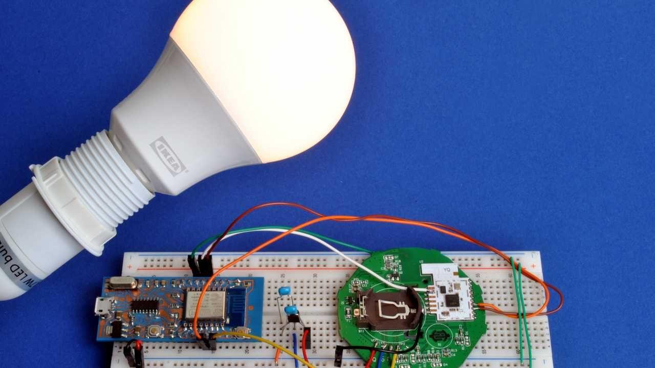 Eine Ikea Tradfri Lampe Neben Einem Breadboard Mit Esp8266 Und Der Fernbedienungsplatine Ikea Lampen Lampen Hausautomation